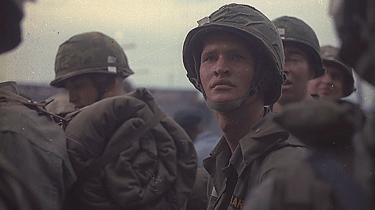 Tragedie. At Vietnam-krigen er en gennemført amerikansk tragedie, hvor man hverken kan drage hjem eller blive uden at miste både selvrespekt og forstand - bliver på fængslende og underfundig vis understreget utallige gange i 'Træet af røg'.