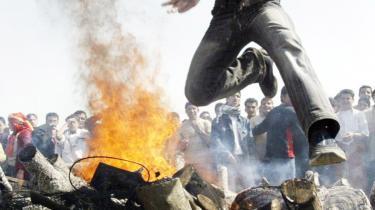 En kurdisk mand hopper over et bål i forbindelse med det kurdiske nytår, Newroz, hvor fejringen blev mødt med brutal politivold. Hvorfor gør Danmark eller EU ikke mere for at få Tyrkiet til at overholde de mest basale menneskerettigheder.