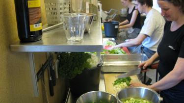 Eleverne på Testrup Højskole hjælper til i køkkenet.
