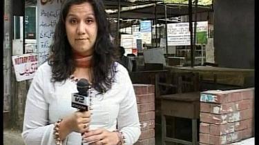 Med andre øjne. Jeg skal være mere opmærksom på, hvad jeg siger, end hvis jeg hed Mette Andersen, siger TV 2-s Simi Jan - her på arbejde i Pakistan.