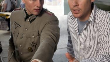 Hovedrollen. Oprindeligt var filmen tænkt som en lavbudgetproduktion, fortæller instruktør Bryan Singer (t.h.), men da Tom Cruise kom ind i billedet i rollen som Stauffenberg, der forsøgte at myrde Hitler, ændrede projektet karakter.