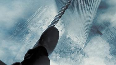 I 1974 tilbragte den franske linedanser Philippe Petit 45 minutter på en line spændt ud i 450 meters højde mellem World Trade Centers tvillingetårne. James Marshs 'Man on Wire' fortæller den fængslende historie