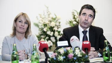 Statsminister Anders Fogh Rasmussen inviterer jævnligt en række politiske kommentatorer på kaffeaftaler. Men sætter drikkeret sit spor i spalterne?