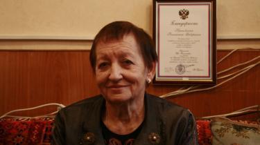 Ida Kuklina er leder af organisationen De Russiske Soldatermødre, hvis mål er at afskaffe værnepligt i Rusland, fordi elendige forhold og ringe uddannelse slår værnepligtige ihjel. Bag hende et diplom fra Vladimir Putin, der takker for godt samarbejde.