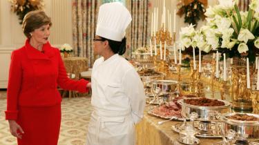 Familien Obama fortsætter til stor skuffelse i kokkeverdenen med Bush-s chefkok i det Hvide Hus, Cristeta Comerford.