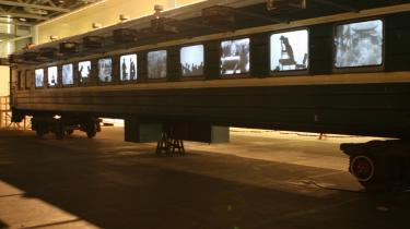'At stirre ind i glemslen' er en del af Arkens kommende udstilling med den kinesiske kunstner Qiu Anxiong. Værket er en stor kinesisk togvogn tilsat dokumentariske videoklip og poetiske skyggebilleder.