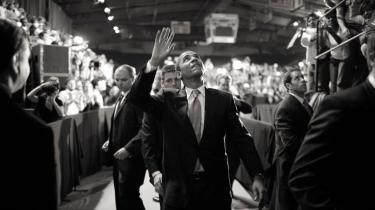 Barack Obamas første 100 dage som præsident vil efter alt at dømme komme til at minde om Roosevelts første dage som præsident i 1933, da verdensøkonomien også var i dyb krise. Obama må derfor sætte alt ind for at få en redningspakke vedtaget i Kongressen, før han kan kaste sig over en reform af sygesikringen og de udenrigspolitiske spørgsmål.