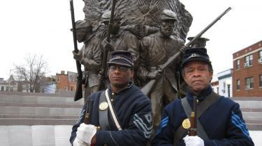 Det er en hobby for Gerard Crimes (tv.) og Dave Cunningham at genopføre scener fra den amerikanske borgerkrig, men det har også været en måde at lære mere om deres historie. I dag deltager de i en parade på Pennsylvania Avenue i Washington i forbindelse med Barack Obamas indsættelse som USA-s 44. præsident.