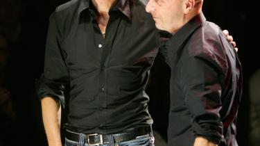 Der er udbrudt verbalt slagsmål mellem designerparret Domenico Dolce (tv) og Stefano Gabbana på den ene side og Giorgio Armani på den anden, som beskylder de to for at have kopieret et par kviltede bukser.