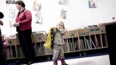 Låner. Susanne Thuesen, der til daglig arbejder som dagplejer i Gjern, er en af de brugere, der er glade for det nye chipkort, der gør, at kommunens indbyggere, kan lukke sig ind på biblioteket udenfor den normale åbningstid.