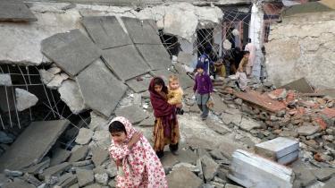 Piger vader henover ruinerne af nok en ødelagt skole, som pakistansk Taleban har sprængt i luften i Swat-dalstrøget den 19. januar. Fire skoler er blevet jævnet med jorden de seneste uger i området.