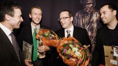 Pressens minister, Anders Fogh Rasmussen, er altid til stede, når der er fest, som her hvor han lykønsker tre af årets Cavling-prisvindere, Morten Frich, Morten Crone og Jesper Woldenhof.
