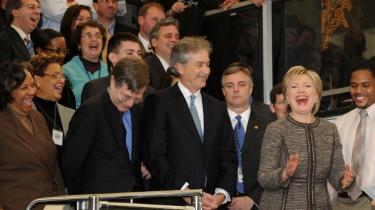 En nyindsat udenrigsminister, Hillary Clinton, fik sig et godt grin sammen med sin store medarbejderstab i ministeriet i Washington i går. Personalet var meget begejstrede for den nye chef, der lancerede -en ny æra for Amerika i verden-.