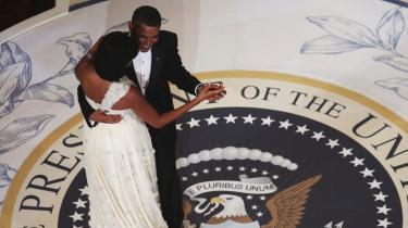 Den netop indsvorne amerikanske præsident, Barack Obama, danser med førstedamen Michelle Obama under indsættelsesfesten på Hilton i Washington. Fra første dag står Obama med et samfundssystem, der ikke duede. Markedet har ikke ret. Markedet står ikke alene, sagde præsidenten i talen blottet for store ord og fedt flæsk i amerikansk retorisk forstand.