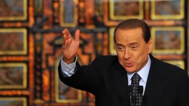 Berlusconi og hans forretsningsimperium forpasser ikke en chance for at lægge sag an mod journalister og forfattere, der kaster et kritisk lys over deres metoder. -Det gør ikke noget, at de taber 19 ud af 20 af disse sager (...) Selv om de ikke vinder en eneste sag, får de forfattere og forlæggere, som udgiver Berlusconi-kritiske bøger, til at tænke sig om to eller tre gange,- siger journalisten Alexander Stille, der selv skal for retten, tiltalt for æreskrænkelser.