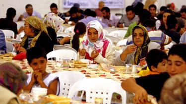 Tyrkiske muslimer venter på, at solen går ned på den første dag i Ramadanen, så de kan begynde at spise. De ikke-religiøse og sekularisterne i Tyrkiet føler sig under pres for at indordne sig under sociale normer fremmet af regeringspartiet AKP. Blandt eksemplerne er presset for at deltage i fredagsbønnen og at faste i Ramadanen