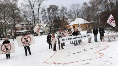 En gruppe tjekker fra Trokavec protesterer i Prag mod radaren, som op modt 70 pct. af landets befolkningen er imod. På det udbredte Tjekkiet-kort på jorden står -Vi ønsker ikke at være et bombemål-.