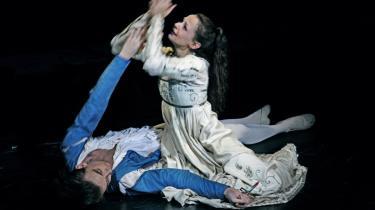 Ulrik Birkkjær og Femke Mølbach Slot danser med naturligste skønhed og inderlighed ind i de legendariske roller som Romeo og Julie i Den Kgl. Ballets nye, stærke personinstruktion af Neumeiers ballet. Her i det tragiske sidste øjeblik, hvor vågner Julie af sin -giftsøvn- og konstaterer, at Romeo har taget sit eget liv af sorg med en dolk.