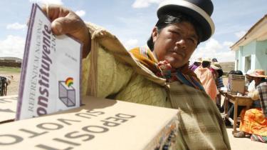 En kvinde i Laja, 45 km fra La Paz, stemte søndag for eller imod at ændre Bolivias forfatning og dermed bakke op om præsident Evo Morales magtkamp mod en europæisk økonomisk elite.