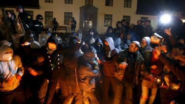Politiet i kamp mod demonstranter i Reykjavik den 21. januar - kampe der endte med tåregas og en politibetjent, som blev slået med en sten.