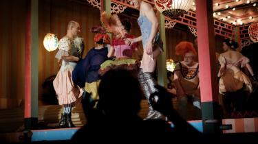 Herman Bangs Stuk handler om dekadencen i Gründertiden. Når den tyske instruktør Frank Castorf sætter romanen op som teater i Skuespilhuset er der da også fuld knald på dekadencen. Mændene er klædt i corsager, tylskørter, højhælede knæstøvler og hofteholdere, og på scenen står et bolsjestribet telt i arabisk stil, der er fæstnet på kulørte japanske træudskæringer. I forgrunden ses den gestikluerende instruktør give nye instrukser til de medvirkende.