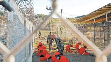Straks efter sin tiltræden underskrev Obama et dekret, der vil lukke den berygtede Guantánamo-fangelejr inden for et år. Verden over har meddelelsen vakt stor glæde. Endelig er der blevet sat en udløbsdato for den skamplet, som den berygtede lejr i syv år har udgjort
