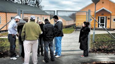 Seks uger efter, at den såkaldte tuneserlov blev pisket gennem Folketinget, er alt ved det gamle i Center Sandholm: Ikke en eneste udlænding på tålt ophold er blevet pålagt daglig meldepligt eller ophold i lejren som følge af loven. DF kræver omgående forklaring fra integrationsministeren