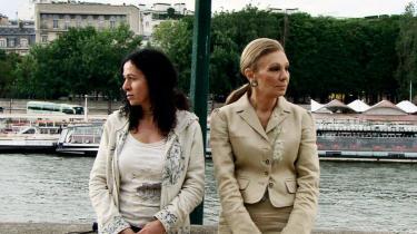 Konfrontation. Festivalen åbnede med- Dronningen og jeg- af den iranskfødte instruktør Nahid Persson Sarvestani (t.v.). I filmen opsøger instruktøren den tidligere kejserinde af Iran, Farah Diba (t.h.) og konfronterer hende med hendes mands gerninger som regent i Iran.