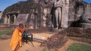 Den triste helligdom. Ved Gal Vihara kan man beundre fire Buddha-statuer udskåret af en kæmpemæssig granitblok. Den ene er syv meter høj og har været kontroversiel på grund af sine usædvanlige korslagte arme og ubeskriveligt triste udtryk.