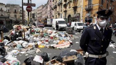 Affaldet er blevet et billede på en permanent og uforanderlig krisetilstand i Campanien, som for resten af Europa kan synes glemt eller uendelig fjern.