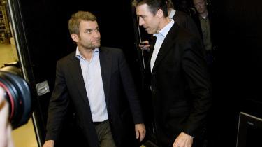 Statsminister Anders Fogh Rasmussen afviser, at det var et forsøg på påvirkning, da hans pressechef Michael Ulveman (tv.) henvendte sig til to TV 2-chefer.