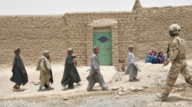 De britiske og danske soldater i Helmandprovinsen i Afghanistan forsøger med propaganda at vinde lokalbefolkningens tillid og undergrave Talebans moral.