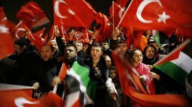 Premierminister Erdogan blev modtaget som en helt i Tyrkiet efter udvandringen fra Davos-konferencen i Schweiz. Efterfølgende har han dog forsøgt at dæmpe gemytterne - blandt andet ved at udtale, at -antisemitisme er en forbrydelse mod menneskeheden- som et svar på kritik i de israelske medier.