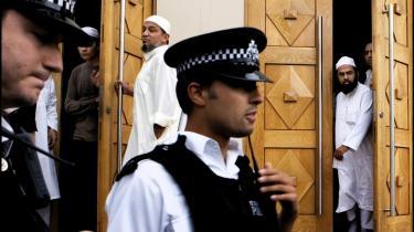 I Storbritannien har myndighederne vidtgående beføjelser over for terrormistænkte udlændinge. Særdomstole kan bl.a. idømme husarrest og forbud mod at bruge internet og telefon, og terrormistænkte må ikke få oplyst, hvad de er tiltalt for.Arkiv