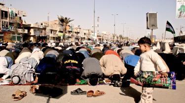 Moqtada al-Sadr, der dukkede frem som en trold af en æske i 2003, er en mand, man ikke skal undervurdere. Det gjorde amerikanerne, da koalitionens invasion af Irak i 2003 pludselig satte en politiske kraft fri i spidsen for en befolkningsgruppe, der indtil da altid havde været undertrykt, men som i Sadr-familien har fundet et talerør - og en knytnæve. Billedet viser fredagsbøn i Sadr City, hjemstedet for den religiøse shia-underklasse, der var Saddam Husseins værste hovedpine, og som siden blev amerikanernes.