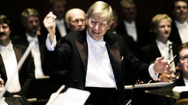 Torsdagskoncerten i den nye koncertsal bød på Beethovens 9 og dirigenten var DR-orkesterets æresdirigent, 81-årige Herbert Blomstedt. Det burde være en garanti for en god aften, skriver Informations anmelder. Men »for mig at høre jappede Blomstedt lidt igennem skønheden.«