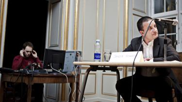 Med på en lytter: Aflytningsapparatet ruller, mens PET-chef Jakob Scharf taler. Ifølge mødets arrangører er båndindspilningen dog kun til brug for udarbejdelsen af en bog om mødets forløb