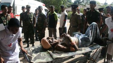 28 blev dræbt, da et kvindeligt LTTE-medlem sprængte sig selv luften i Sri Lanka i går. Udenrigsministeren er bekymret.