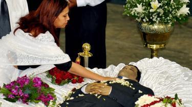 Journalisten Sonali Samarasinghe ved sin mands, redaktør for avisen The Sunday Leader, Lasantha Wickrematungas begravelse i januar i Sri Lanka. Enken er nu gået under jorden.