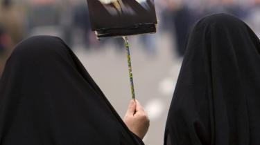 Iranerne fejrede i går 30-års jubilæet for den islamiske revolution. Men revolutionens afdøde leder, Khomeini (tv) og hans efterfølger, Khamenei, er ikke på bølgelængde med den gamle nations unge befolkning, når det kommer til demokrati og åbenhed over for omverdenen.