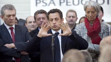 Den franske præsident, Nicolas Sarkozy, lover hjælp til den franske bilindustri, hvis den undlader at lukke fabrikker og fyre folk. Løftet kommer efter, at Peugeot Citroën har annonceret, at 11.000 medarbejdere skal forlade virksomheden.