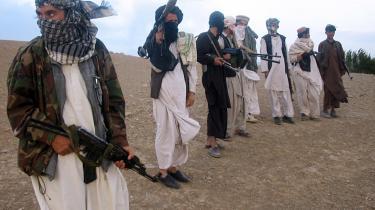 Personer tæt på den afghanske regering håber at kunne lave en fredsaftale med Taleban-militsen, inden USA starter en ny offessiv mod oprørsgruppen