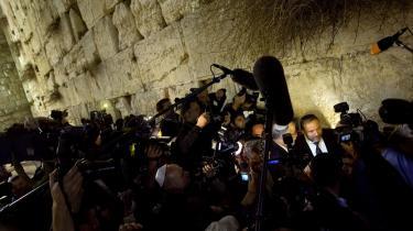 Avigdor Lieberman har med sine udtalelser om, at arabiske medlemmer af Knesset, som har kontakt med Hamas, -burde henrettes-, og at Israel burde behandle Gaza, som Rusland behandlede Tjetjenien, lagt op til konfrontation. Men hans parti Yisrael Beitenu (Israel er vort hjem, red.) kan meget vel gå hen og blive afgørende for dannelsen af en ny regering i Israel.