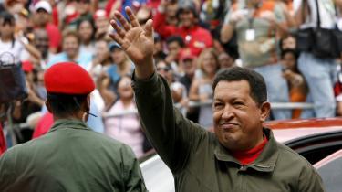 Indtil videre giver alle troværdige meningsmålinger Hugo Chávez en sejr ved gårsdagens folkeafstemning om at ændre forfatningen, således at Chávez kan lade sig genvælge til præsident efter 2012. Men det ser ud til, at det bliver med en meget snæver margin. Derfor er intet afgjort, før den sidste stemme er optalt natten til i dag mandag lokal tid.