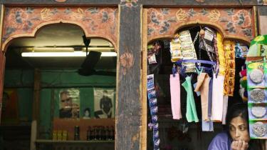 Bhutan er et af verdens fattigste lande, men ifølge Businessweek (2006) Asiens lykkeligste, på verdensranglisten nummer otte.Men medaljen har en bagside: Omkring en fjerdedel af den bhutanske befolkning lever i fattigdom og sult (FAO-rapport fra september 2008).