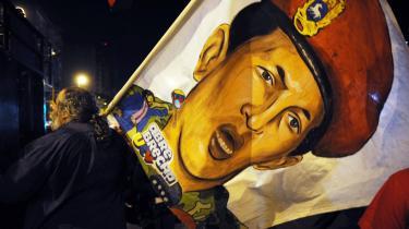 En Chávez-tilhænger fejrer valgsejren, efter at det søndag lykkedes for Chávez at fjerne grænsen for, hvor lang tid, han kan blive siddende som præsident. Men Venezuelas befolkning er mere splittet end nogensinde, og landet regeres stort set uden en politisk opposition. Derfor bør målet for Chávez først og fremmest være at forene folket.