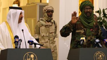 Med hjælp fra Qatars premierminister, Hamad bin Jassem al-Thani (tv.), lykkedes det i går at få en foreløbig fredsaftale mellem Sudans regering og oprørsgruppen JEM, som er ledet af Khalil Ibrahim (th.).