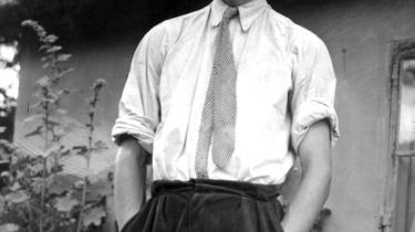 Frank Jæger. Forfatteren Frank Jæger (1926-1977) foran sit idylliske bondehus i Farum. Heretica åbnede den litterære bom for Frank Jæger, hvorefter han vandrede ud i sine herligt grønne områder.