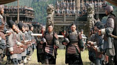 Realisme. John Woo har optaget sin nye film i Kina, og det har givet ham mulighed for at bruge hundredvis af statister og bygge mange af de imponerende bygninger og kulisser, hvor handlingen foregår, hvilket kun øger realismen.