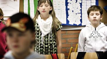 Ned i gear. På Elling Skole i Nordjylland er de spirituelle øvelser hverdag for eleverne - er det simpel afslapning, eller religiøs påvirkning?